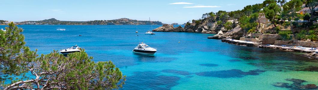 Insellandschaft, blaues Wasser und Yachten